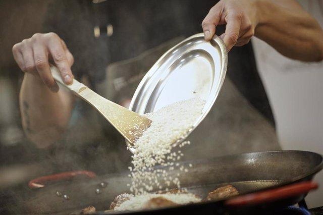 Rodrigo de la Calle, chef del El Invernadero y con una estrella Michelín, prepara en su restaurante una Paella Alicantina para llevar. En Madrid (España) a 21 de mayo de 2020.