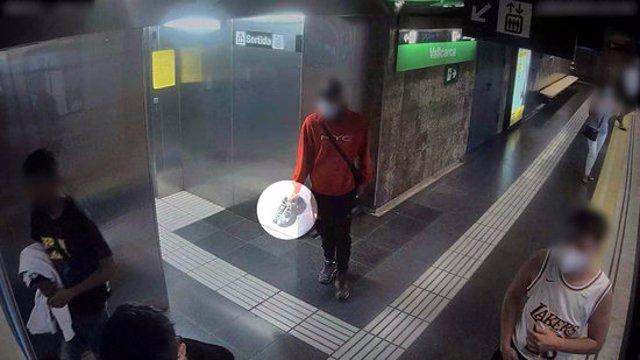 La càmera de seguretat del metro capta un dels lladres amb les sabatilles esportives robades a una de les víctimes, al districte de Sarrià (Horitzontal).