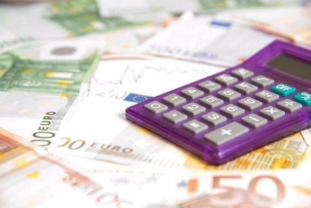 Una calculadora y billetes.