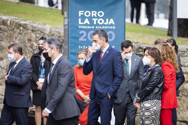 El presidente del Gobierno, Pedro Sánchez (c), durante el acto de clausura del II Foro La Toja-Vínculo Atlántico celebrado en la Isla de Toja, Pontevedra, Galicia, (España), a 3 de septiembre de 2020.