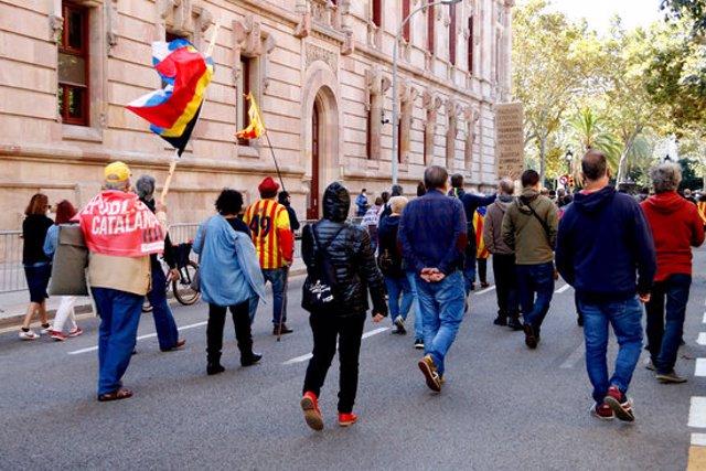 Desenes de persones donen la volta al TSJC el 3 d'octubre del 2020. (Horitzontal)