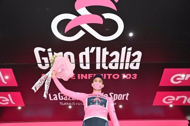 Filippo Ganna se enfunda la 'maglia rosa' en el arranque del Giro