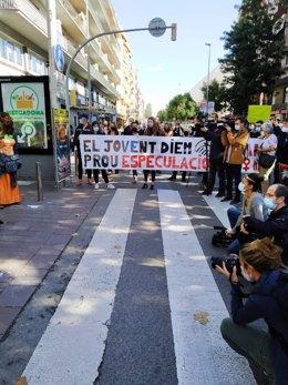 Diversos manifestants sostenen una pancarta durant la concentració contra el Pla de Ponent. Imatge del 3 d'octubre del 2020. (Vertical)