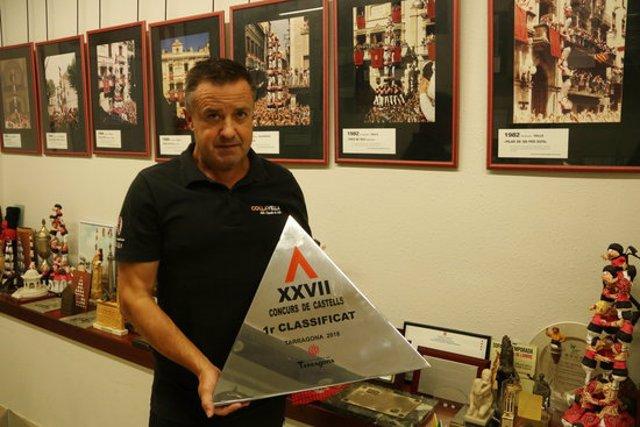 Pla mitjà del cap de colla de la Colla Vella dels Xiquets de Valls, Albert Martínez, mostrant el trofeu del XXVII del Concurs de Castells. Imatge del 2 d'octubre del 2020 (Horitzontal).