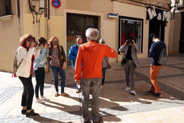 Pla general dels assistents que han participat en la visita al campanar de la Prioral de Sant Pere a través de les ulleres de realitat estereoscòpica, activitat organitzada per Reus Ocult. Imatge del 4 d'octubre del 2020 (Horitzontal).