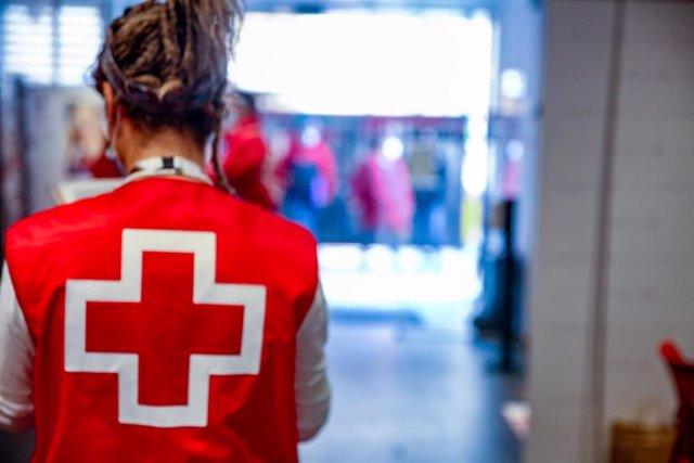 Una voluntaria de Cruz Roja.