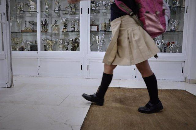 Un niña en el hall de un colegio en Madrid (España) a 7 de septiembre de 2020.