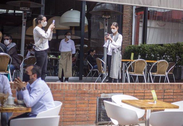 Un grupo de personas en una cafetería de Bogotá, pocos días después de que las autoridades aprobaran la reapertura económica, tras cinco meses de confinamiento.