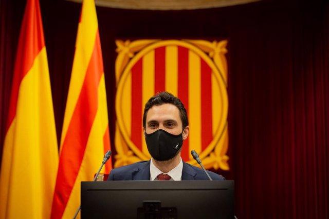 El president del Parlament, Roger Torrent, durant una sessió plenària, al Parlament català, en la qual es debat la gestió de la crisi sanitària de la covid-19 i la reconstrucció de Catalunya per l'impacte de la pandèmia.