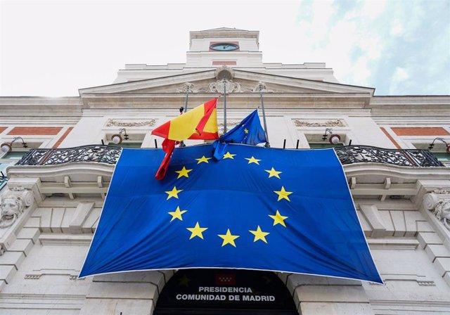 Se ha desplegado una bandera de la UE sobre la fachada principal de la Real Casa de Correos para conmemorar el Día de Europa, que se celebra el 9 de mayo, en Madrid (España) a 9 de mayo de 2020.