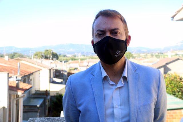 Pla mitjà de l'alcalde de Manlleu, Àlex Garrido, a la terrassa de casa seva. Imatge del 5 d'octubre del 2020. (Horitzontal)