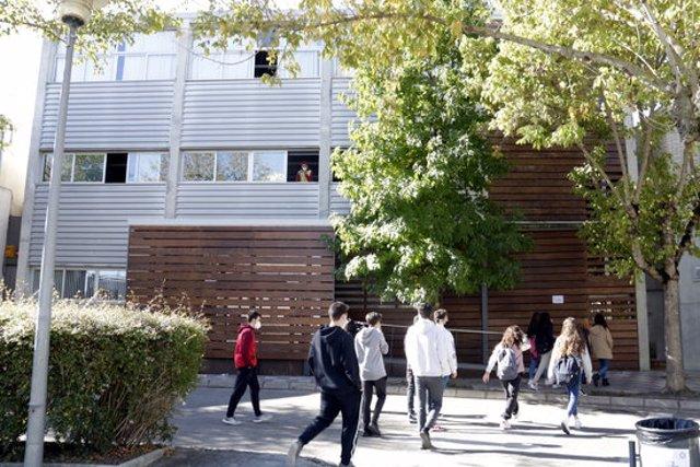 Pla general d'alumnes entrant a l'institut Rafael Campalans d'Anglès, el 5 d'octubre del 2020 (horitzontal)