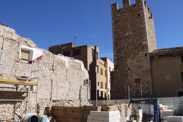 Pla general de les obres de restauració del portal de Sant Francesc de Montblanc i de la reconstrucció d'una segona torre, qüestionada per alguns experts. Imatge de l'octubre del 2020. (Horitzontal)