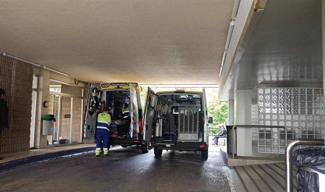 Ambulancia ante el servicio de Urgencias del Hopsital de Galdakao