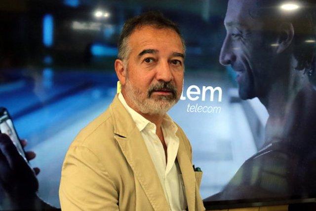 Pla mitjà del CEO de Parlem Telecom, Ernest Pérez-Mas, durant la inauguració a Lleida de la primera botiga pròpia de l'operadora catalana, el 5 d'octubre del 2020. (Horitzontal)