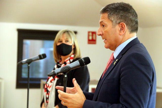Imatge de Miquel Sàmper en roda de premsa aquest 5 d'octubre de 2020 observat per Núria Marín. (Horitzontal)