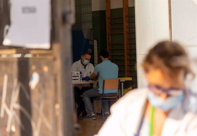 Pruebas de PCR a los maestros en el instituto Murillo de Sevilla, unos días antes de que comience el curso  escolar en la comunidad andaluza. Sevilla a 4 de septiembre del 2020