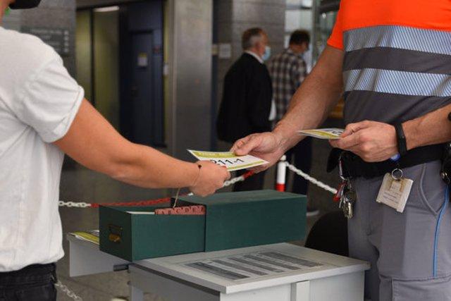 Les targetes que es facilitaran als acompanyants per controlar que només els visiti una persona, aquest 5 d'octubre del 2020. (Horitzontal)
