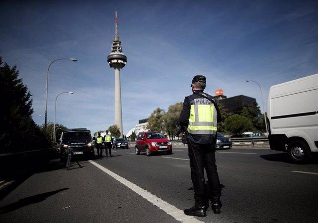 Varios agentes de la Policía Nacional durante un control policial de movilidad en Madrid (España), a 5 de octubre de 2020. Hoy es el primer día laborable desde que entraron en vigor -el viernes 2 de octubre a las 22.48h.- las restricciones de movilidad im