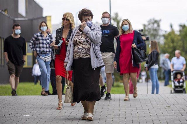 Gente con mascarilla en Polonia