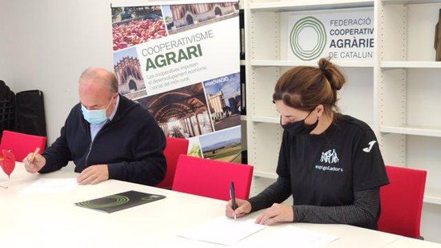 Imatge de la signatura del conveni de col·laboració entre la FCAC i la Fundació Espigoladors, el 5 d'octubre del 2020. (Horitzontal)