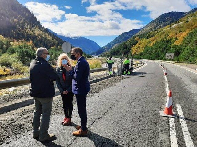 Pla general  on es pot veure el subdelegat de govern espanyol a Lleida, José Crespín, i la subdelegada d'Osca, Silvia Salazar, visitant els treballs d'adequació de l'N-230, el 5 d'octubre del 2020. (horitzontal)