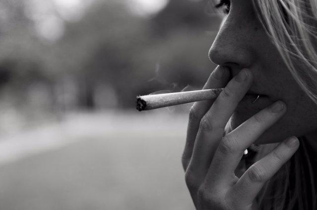 Chica fumando un porro