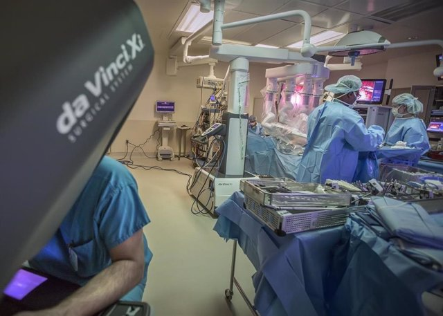 Un equipo quirúrgico de Cedars-Sinai realiza una cirugía robótica.