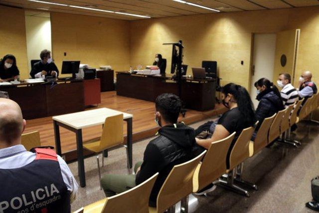 Quatre dels acusats de formar un entramat criminal que obligava dones a prostituir-se. Foto del judici del 6 d'octubre del 2020 (horitzontal)