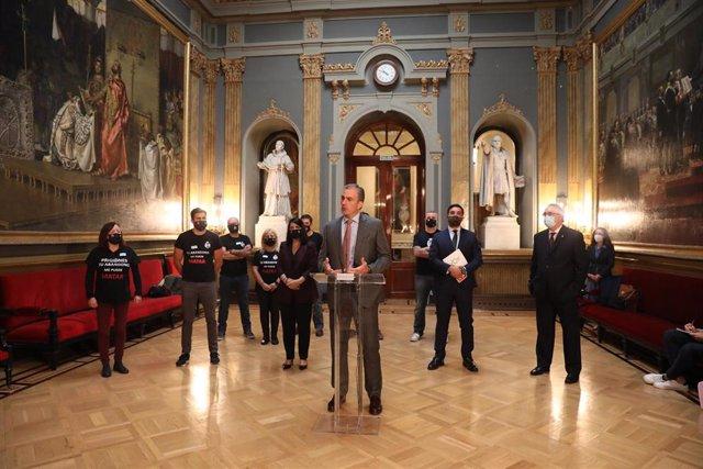 El secretario general de Vox, Javier Ortega Smith, interviene durante su comparecencia ante los medios antes de presentar la Proposición de Ley Estatuto del funcionario de prisiones en el Senado, en Madrid (España), a 6 de octubre de 2020.