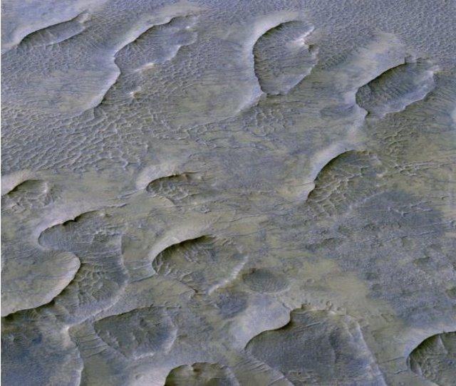 Las dunas de arena impulsadas por el viento son comunes en el Marte moderno y la presencia de ciertas capas de rocas sedimentarias indica que estos accidentes geográficos ocurrieron allí en el pasado.
