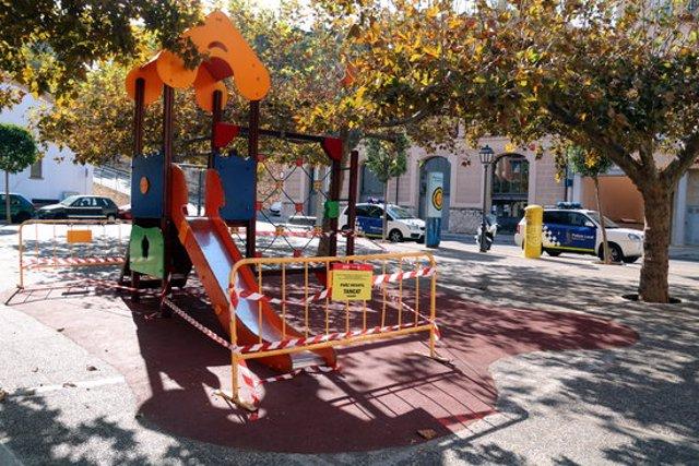 Pla general d'un parc infantil precintat al barri de Remolins de Tortosa. Imatge del 6 d'octubre del 2020 (horitzontal)