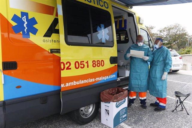 Dispositivo sanitario de la prueba test del PCR para detectar la infección por coronavirus a las personas desde su coche, instalado en el recinto de aparcamiento del centro de salud de la barriada La Roca, en Málaga, a 23 de enero de 2020.