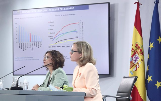 La ministra d'Hisenda, María Jesús Montero (e), i la ministra d'Afers Econòmics (d), Nadia Calviño, després del Consell de Ministres.