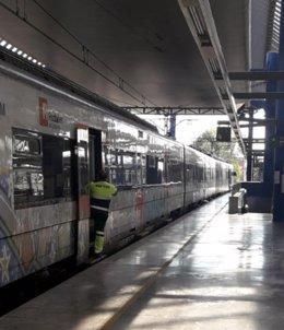Imatge d'un dels tècnics de manteniment en un tren estacionat a l'estació Lleida-Pirineus, el 6 d'octubre del 2020. (Vertical)