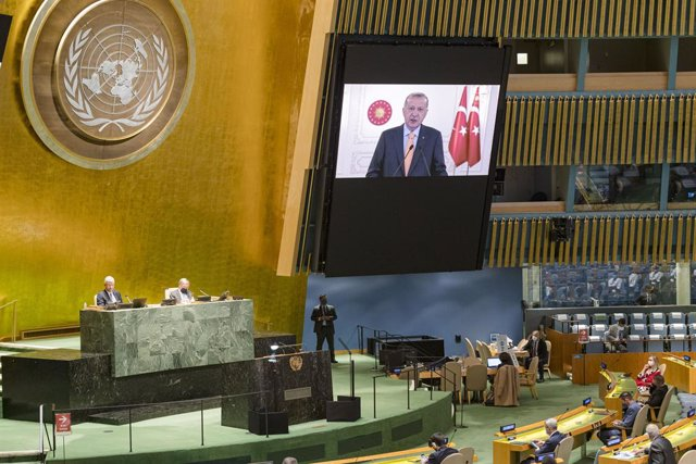 UE.- Bruselas pide mantener congelada la adhesión de Turquía por su regresión de