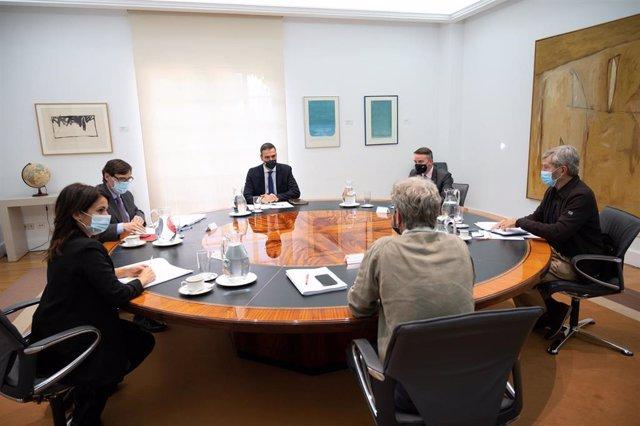 El presidente del Gobierno, Pedro Sánchez (3i), preside la reunión del Comité de Seguimiento del coronavirus, a la que asiste el ministro de Sanidad, Salvador Illa (2i), en el Complejo de la Moncloa, Madrid (España), a 29 de septiembre de 2020.