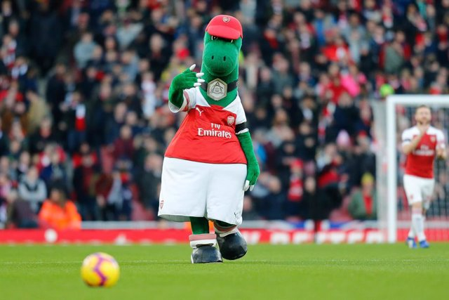 Fútbol.- Özil se ofrece a pagar el sueldo de la mascota del Arsenal para que man