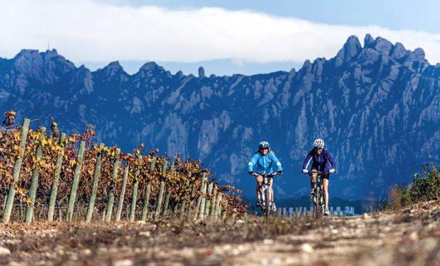 Dues persones fent cicloturisme a l'entorn de Montserrat, en una imatge d'arxiu (Horitzontal).