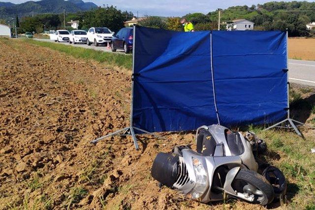 El ciclomotor on anaven la mare i la filla que s'han accidentat aquest 6 d'octubre del 2020 a Sant Gregori (Horitzontal)