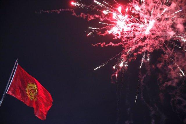 Kirguistán.- Los manifestantes liberan al expresidente de Kirguistán e irrumpen