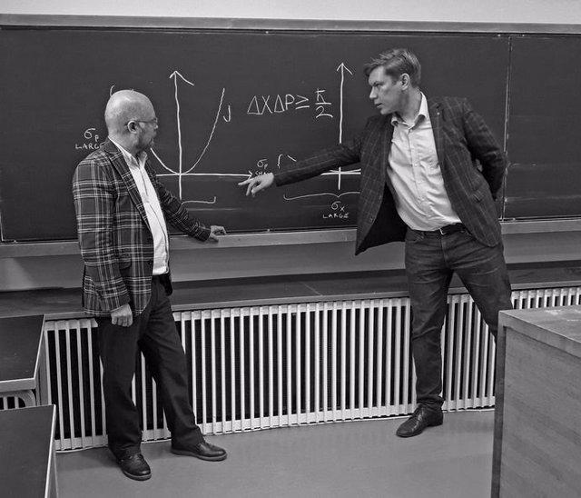 Jukka Liukkonen (izquierda) y Jussi Lindgren (derecha) describen el principio de incertidumbre de Heisenberg
