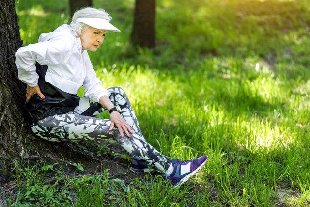 Anciana, mujer mayor, descansando, dolor, deporte