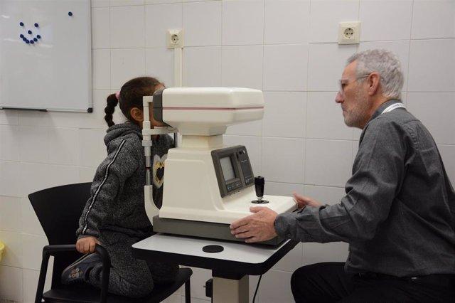 Revisión de vista a una niña en la campaña 'Invulnerables con visión'