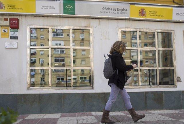 Imágenes de recurso tras los datos del paro de febrero. Una mujer sale de una oficina de empleo en Sevilla, (Andalucía, España), a 03 de marzo de 2020.