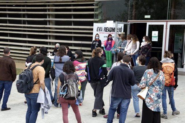 Pla general de la concentració per reclamar la readmissió de la investigadora de la UdG que va denunciar assetjament laboral, el 7 d'octubre del 2020 (horitzontal)