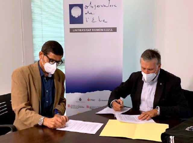Pla mitjà del director de l'Observatori de l'Ebre, David Altadill, i del director de l'ICGC, Jaume Massó, signant el conveni de col·laboració. Imatge del 7 d'octubre del 2020 (horitzontal)
