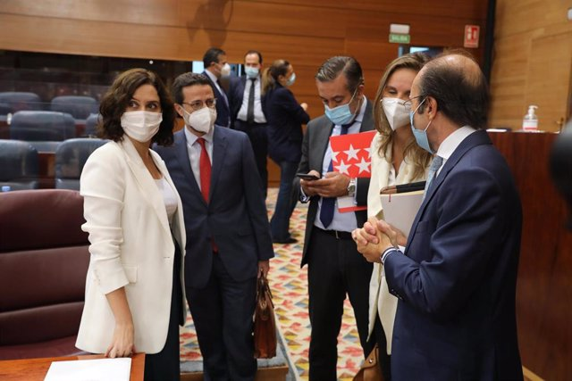 La presidenta de la Comunidad de Madrid, Isabel Díaz Ayuso (i), habla con la consejera de Medio Ambiente de la Comunidad de Madrid, Paloma Martín (2d); el consejero de Hacienda y Función Pública, Javier Fernández-Lasquetty (2i).