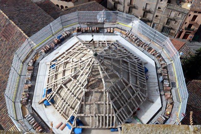 Vista zenital de les obres de rehabilitació del cimbori de l'església de Santa Maria de l'Alba de Tàrrega, el 7 d'octubre del 2020. (Horitzontal)