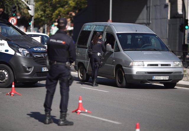 Un agente de la Policía Nacional para a un vehículo durante un control policial de movilidad en Madrid (España), a 6 de octubre de 2020. Hoy es el segundo día laborable desde que entraron en vigor -el viernes 2 de octubre a las 22.48h.- las restricciones